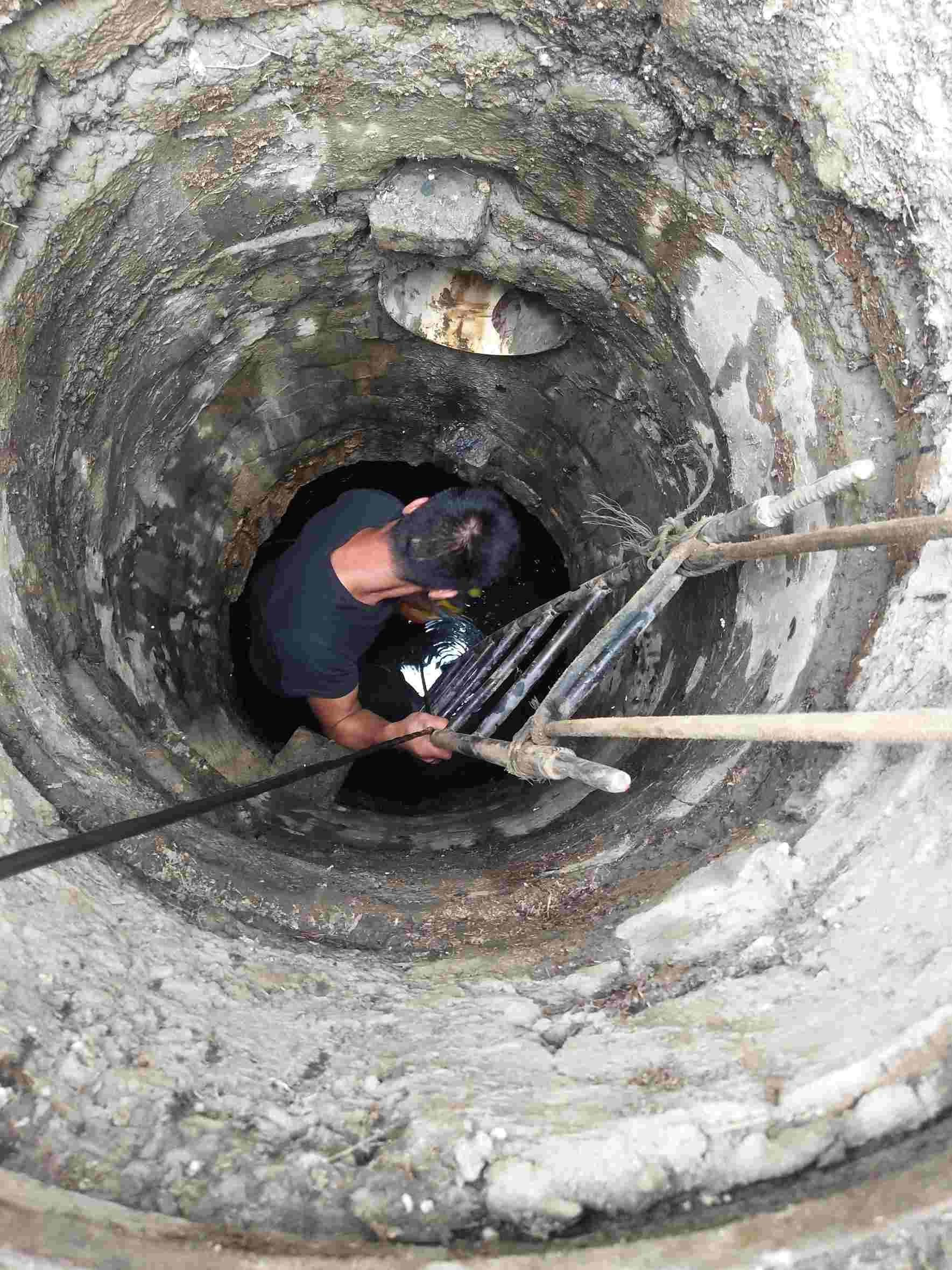 挖通一段后根本无法再继续工作。针对这一情况,金港中队积极落实相关措施,加强协调,一方面积极与爱卫、环卫等沟通协调,组织人员利用两天的时间对百余米的下水管道进行疏通,了管道内沉积的淤泥、污物等,恢复了管道通畅;在炎热的夏季,有很多住宅楼,是多家共用一间厨房的,只要稍不注意就会造成下水道堵塞,使厨房外积污水,现在气温逐渐升高,不仅臭味难闻,而且孳生许多蚊蝇,严重影响。为避免下水道堵塞居民们应注意:1.